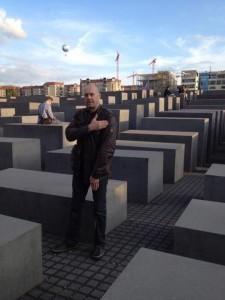 """Soral qui fait une """"quenelle"""" au mémorial de la Shoah à Berlin"""